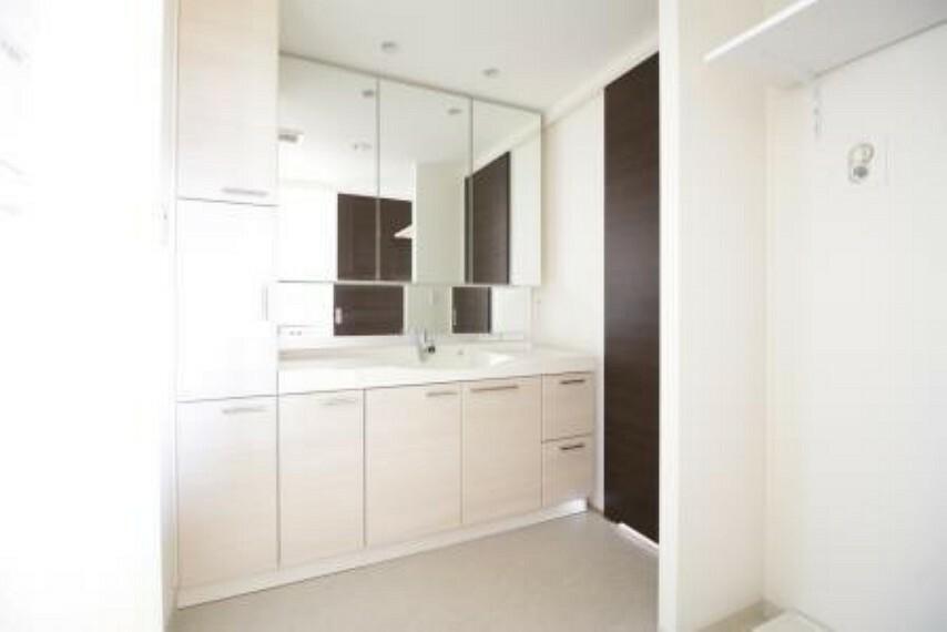 洗面化粧台 廊下とキッチン両方から出入りでき、家事動線に優れております。
