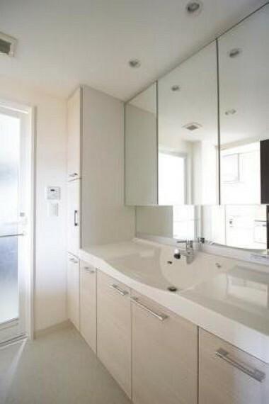 洗面化粧台 収納充実で鏡もお子様が小さくても使いやすい作りとなっています。
