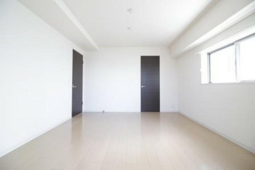 洋室 *主寝室* 10.1帖の広々とした空間。主寝室としてピッタリです。 充実のWICも付いているので収納に困りません。
