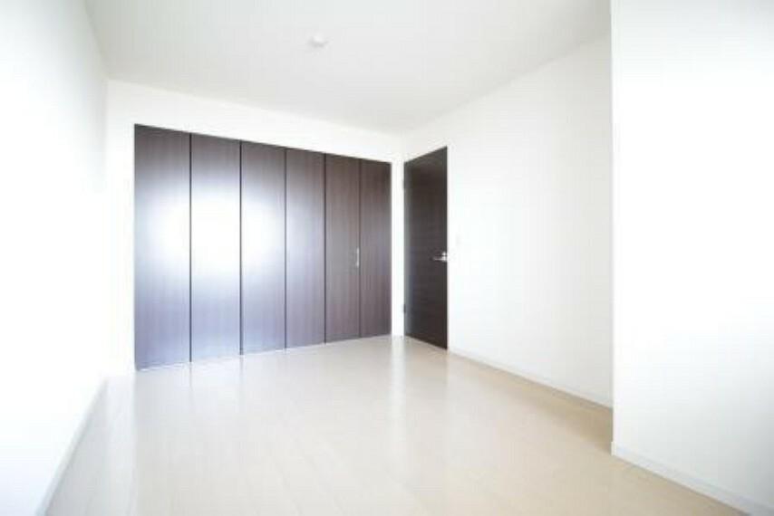 洋室 *北側洋室* ワイドに広い収納が付いています。
