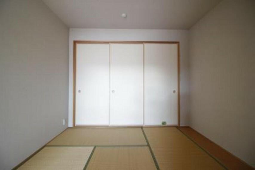 和室 収納付きの和室がLDKに隣接しているのでお好きにお使いいただけます。 5.1帖ありますので、来客時やお子様が小さいときにも重宝します。