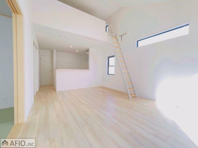 居間・リビング リビング隣は和室、上にも部屋スペースがあり便利なお家