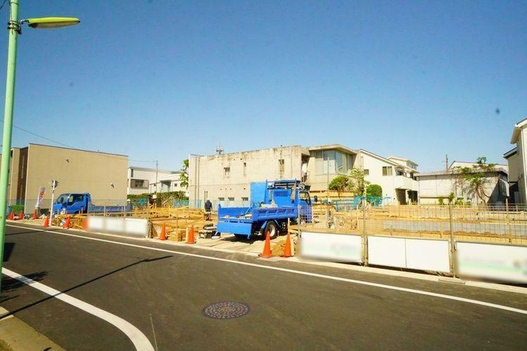 現況写真 世田谷区宇奈根3丁目の大型分譲住宅です。 綺麗な道路が入った街並みが形成されます。