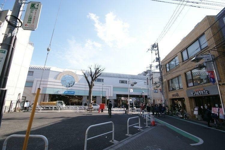 成城学園前駅(小田急 小田原線) 徒歩29分。日本全国で名のしれた成城学園前駅です。碁盤の目のように整った町並みもさることながら、成城学園正門前の並木通りは通年木漏れ日が差し込みお散歩しているだけで…