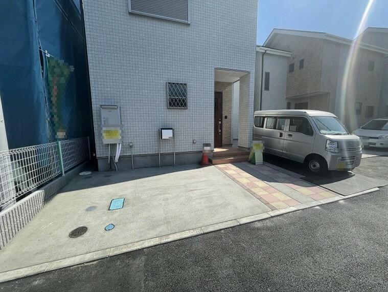 現況外観写真 ゆとりの駐車スペースで自転車なども置けそうですね。