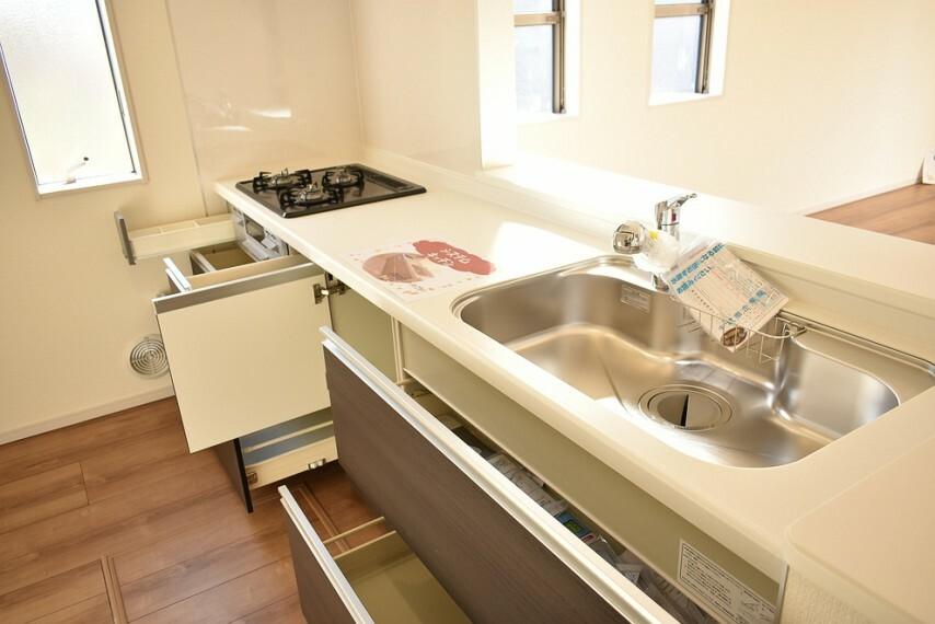 キッチン 施工例 人工大理石付きトップボード付き、浄水器付きのシステムキッチンです 採光や換気の取入れに便利な窓付きです