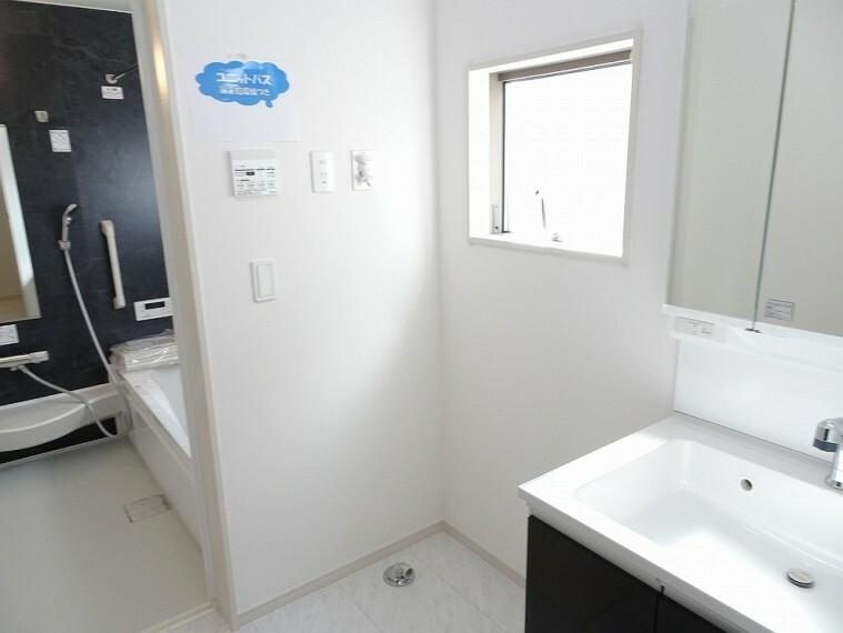 施工例 洗濯機置き場には窓が付いてるので換気や湿気対策にも便利です