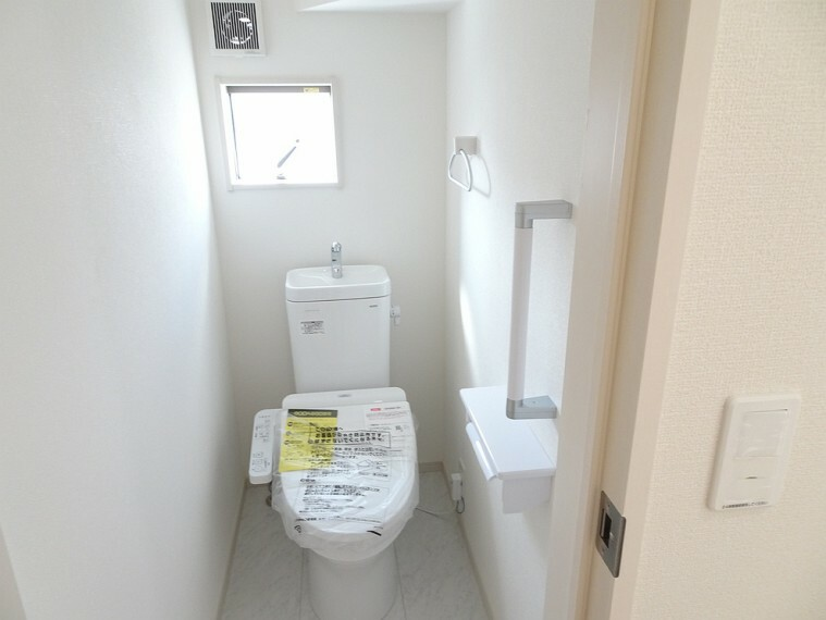 トイレ 施工例 窓、換気扇、タオル掛け、温水暖房便座付きのトイレです