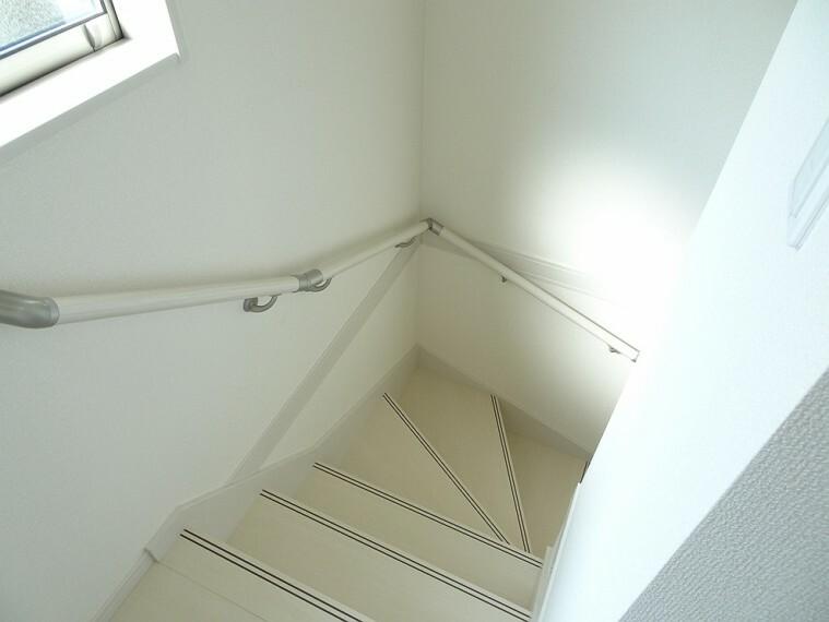 施工例 階段 換気や自然光で足下も照らしてくれる便利な窓、手すり付きなので降りる際に安心です
