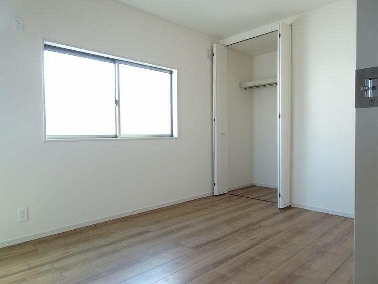 洋室 施工例 棚付きのクローゼット付きなので荷物の収納も楽々できます