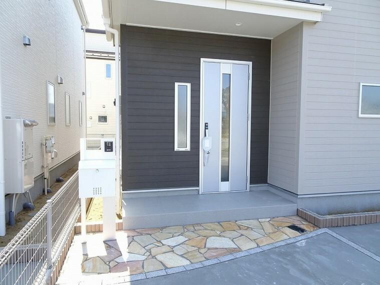 玄関 施工例 TVモニター付きインターホン、ポスト付きです 玄関ドアは防犯サムターン仕様になってます