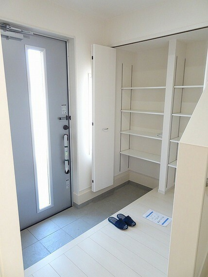 玄関 施工例 広めの玄関なので靴の脱ぎ履きもしやすいです 靴やその他雑多類の収納にも適してるシューズシェルフ付きです