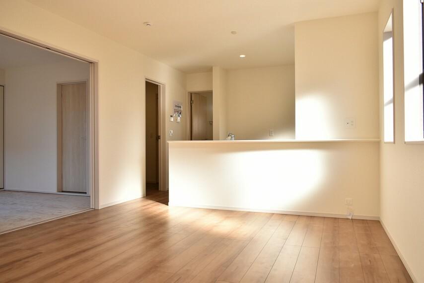 居間・リビング 施工例 LDK カウンター前にはダイニングテーブルを奥にはソファーを置いてゆっくりと寛いでください