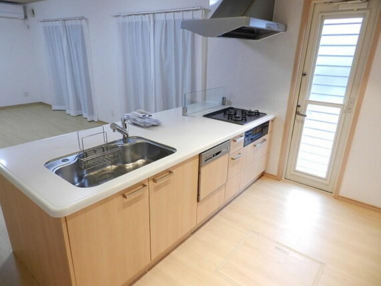 キッチン 勝手口のあるキッチン。ゴミ出しや買い物帰りに直接出入り可能です。