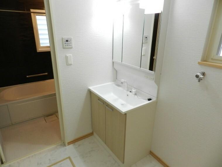 洗面化粧台 清潔感溢れるスタイリッシュなデザインの洗面化粧台。