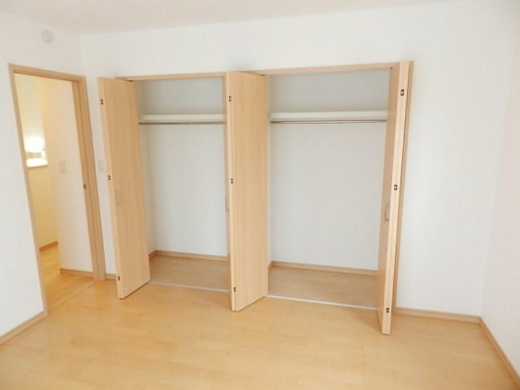 収納 しまう物を分類しやすい2つのクローク。