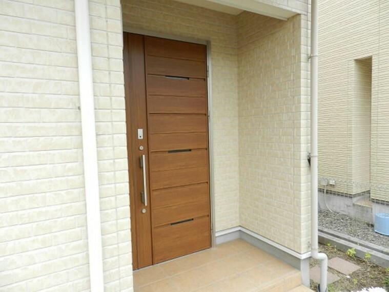 玄関 ナチュラルなウッド調の玄関。