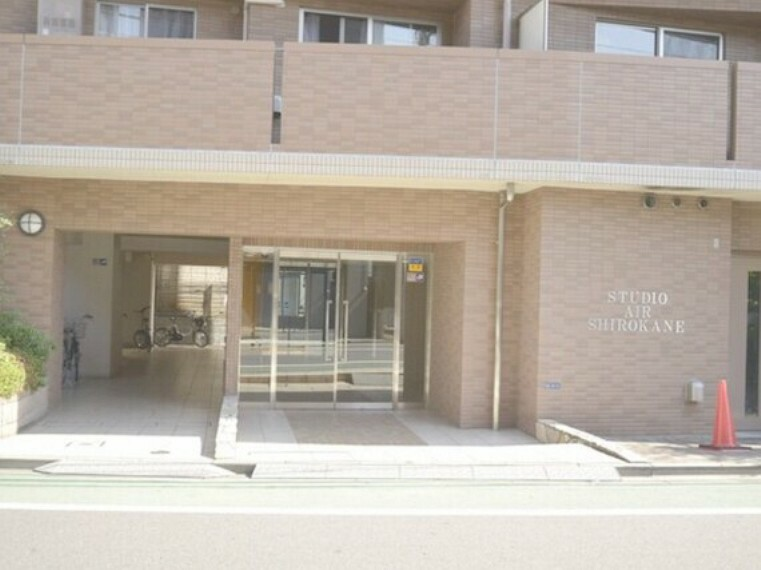 エントランス(外) 閑静な住宅街に位置するマンション