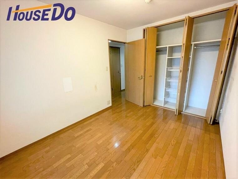 洋室 各部屋を最大限に広く使って頂ける様、全居住スペースに収納付。プライベートルームはゆったりと快適に!