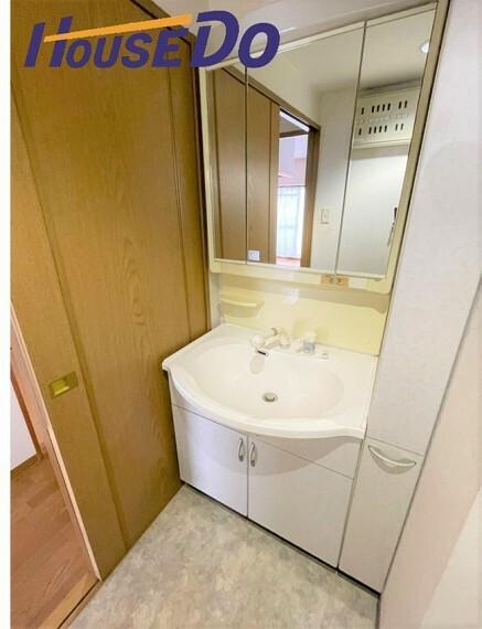 洗面化粧台 洗面台には三面鏡を採用。身だしなみを整えやすい事はもちろんですが、鏡の後ろに収納スペースを設ける事により、散らかりやすい洗面スペースをすっきりさせる事が出来るのも嬉しいですね!