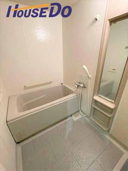 浴室 一日の疲れを癒してくれる場所なので、快適に過ごして頂く為にゆったりサイズのバスタブを用意しました!