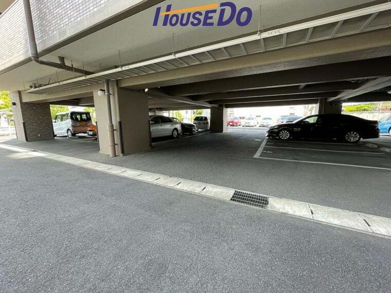 駐車場 敷地内駐車場は前面平面駐車場となっております !