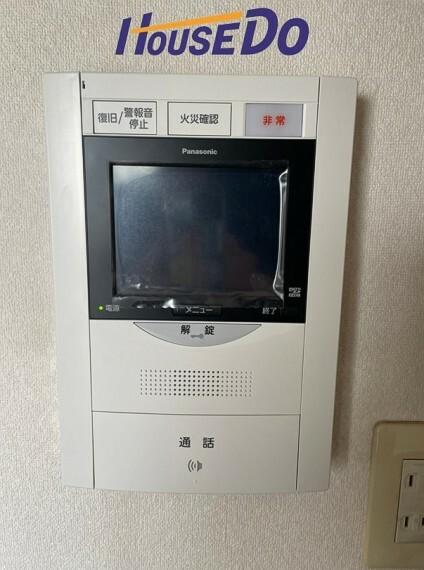 快適な暮らしを守るモニター付きインターホン。来訪者をモニターで確認できるので安心です。