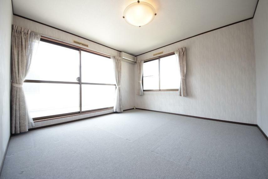 窓が大きく、広々とした空間で、よりご家族が寛げるスペースとなっています。