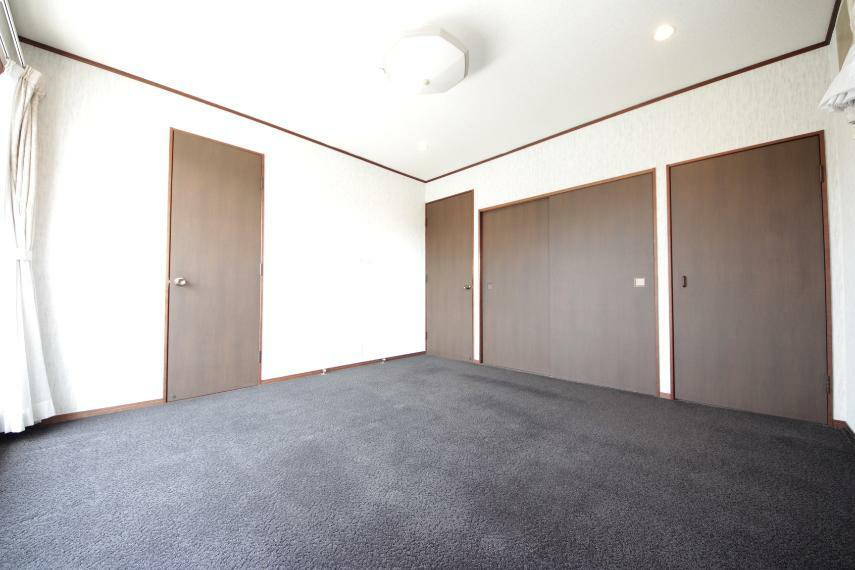 洋室 収納スペース充実!お部屋を広く使えます。