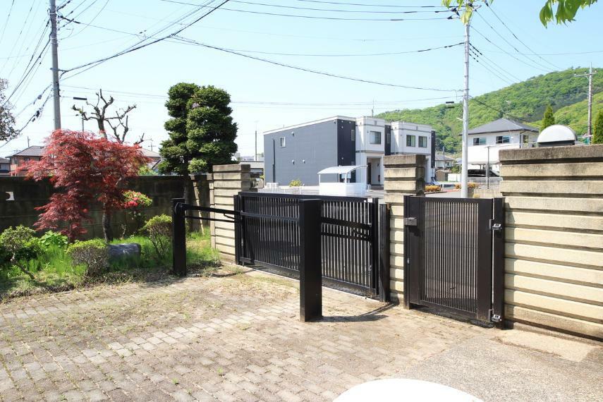 現況写真 門扉 跳ね上げ式ゲート 防犯面も安心です。