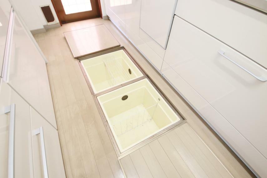 収納 キッチンには床下収納有り!保存食の収納はこちらへ!