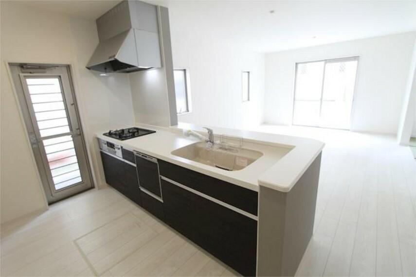 キッチン 2人でキッチンに立っても、余裕の広さのキッチン。明るくお料理できる対面タイプです。
