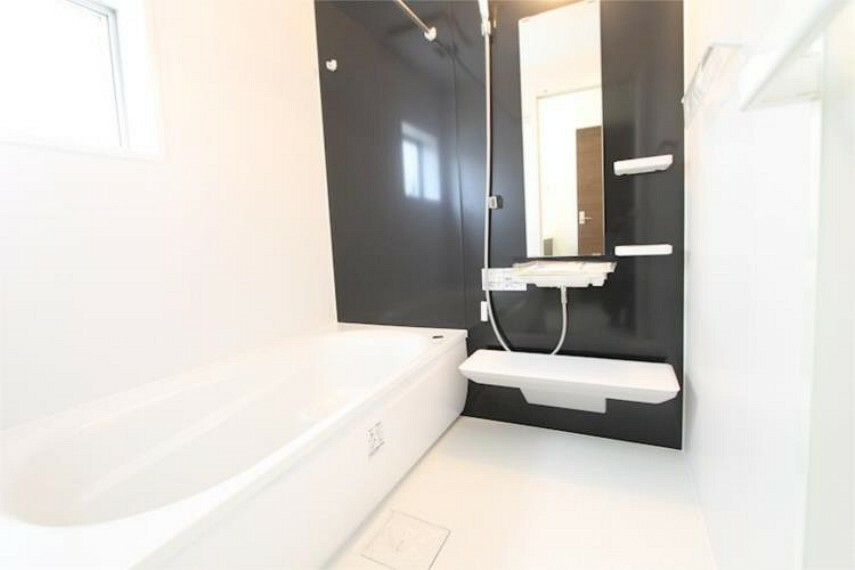 浴室 落ち着いた色合いの壁面、ゆっくり、ゆったり寛げるバスルーム