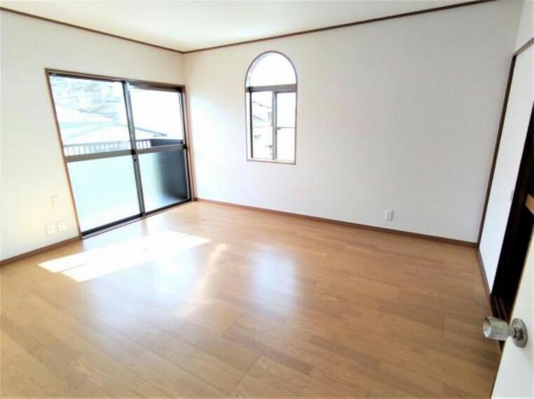 洋室 【リフォーム済】2階洋室です。フローリング重ね張り・壁紙張替えを行いました。