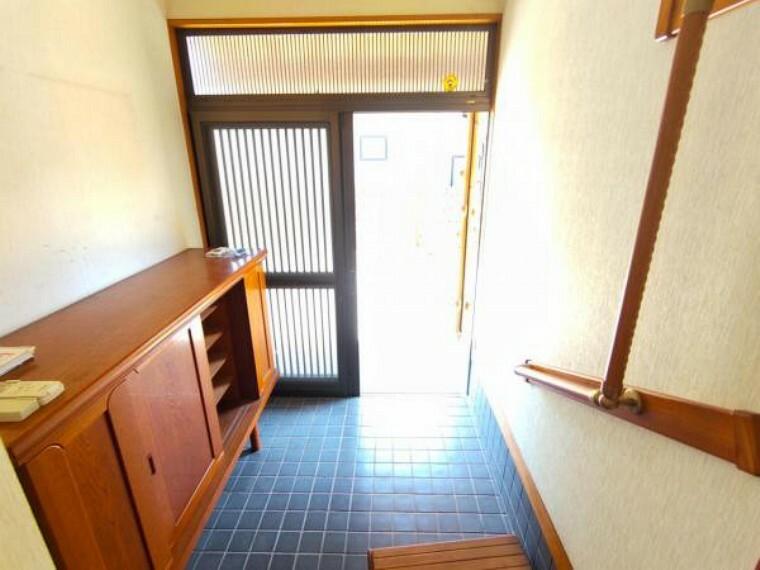 玄関 【リフォーム中6/12撮影】玄関スペースです。玄関の鍵交換、シューズBOXの交換を行います。クロスは白を基調としたクロスで清潔感ある玄関に仕上げます。