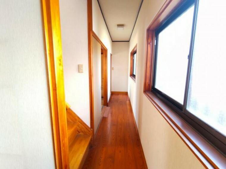 【リフォーム中6/12撮影】1階の廊下です。クロスの張替え、照明の交換を行います。