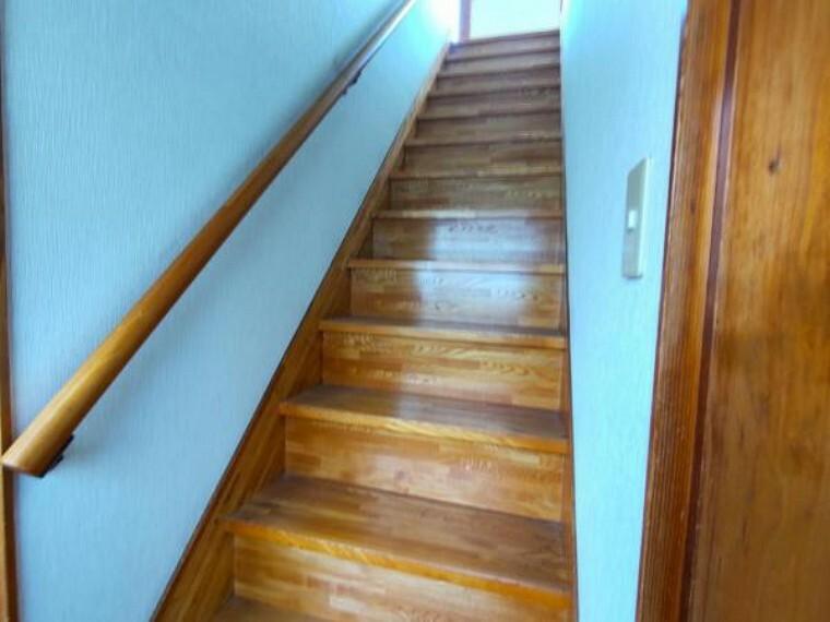 【リフォーム中6/12撮影】階段です。手すりの交換・ノンスリップの設置を行います。安全に上り下りができるようにリフォームします。