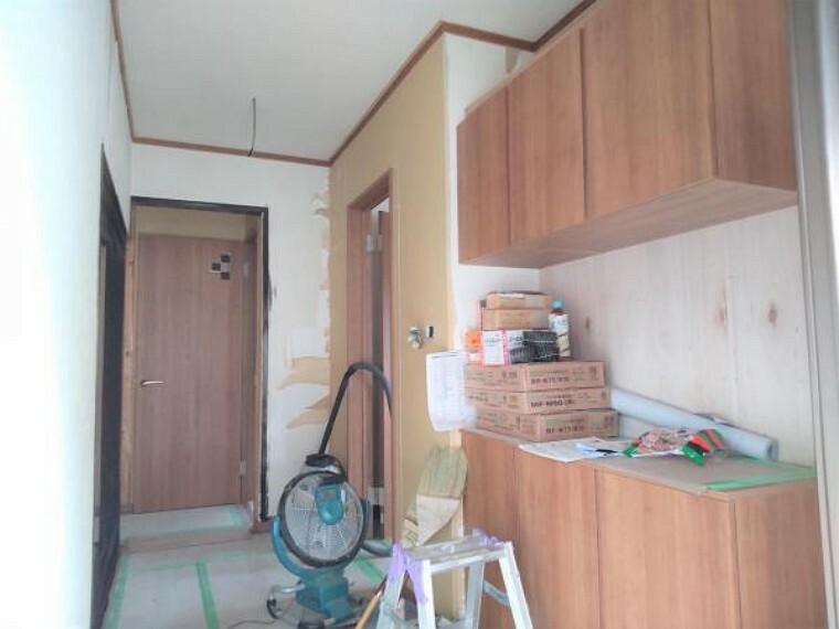 玄関 【リフォーム中7/16撮影】玄関スペースです。玄関の鍵交換、シューズBOXの交換を行います。クロスは白を基調としたクロスで清潔感ある玄関に仕上げます。