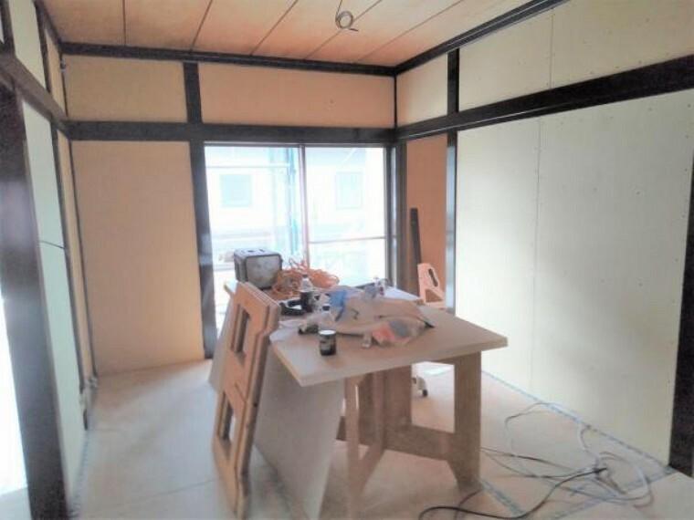 和室 【リフォーム中7/16撮影】玄関左手すぐの6畳和室です。クロスの張替え、畳の表替え、襖・障子の張替えを行います。和室が1部屋あると落ち着きがあってよいですね。