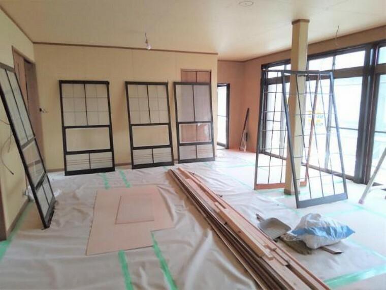 居間・リビング 【リフォーム中7/3撮影】1階の階段横にある6畳和室です。こちらは西側の和室とつなげてリビングに変更する予定です。フローリングへの変更、クロスの張替えを行います。