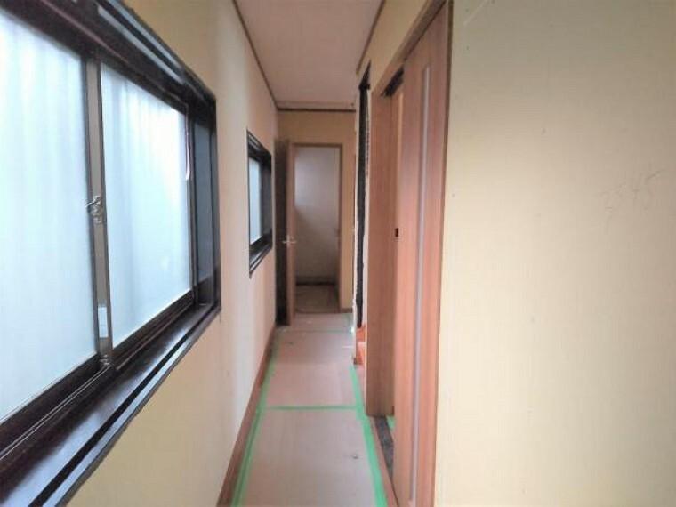 【リフォーム中7/16撮影】1階の廊下です。クロスの張替え、照明の交換を行います。
