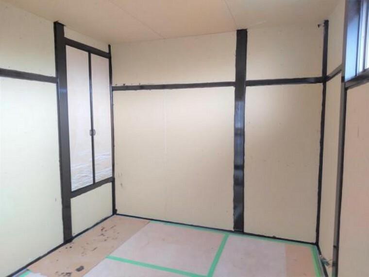 和室 【リフォーム中7/16撮影】2階の6畳和室です。畳からフローリングに変更する予定です。クロスの張替えを行います。