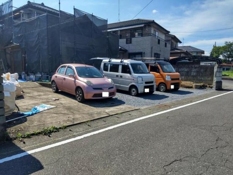 駐車場 【リフォーム中7/16撮影】駐車スペースは3台に拡張しました。お車が多く止まるのはうれしいですね。