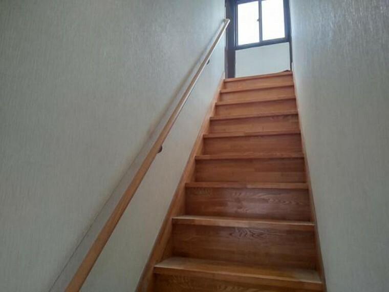 【リフォーム中7/16撮影】階段です。手すりの交換・ノンスリップの設置を行います。安全に上り下りができるようにリフォームします。