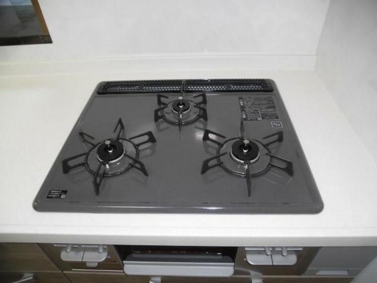 キッチン 【同仕様写真】コンロ。ホーロートップ幅600mm。プッシュ&レバー式点火。全バーナー安全センサー搭載。コンロ消し忘れ消火機能付です。グリル横には、引出しがあり調味料入れに便利ですよ。