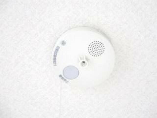 【同仕様写真】全居室に火災警報器を設置、キッチンには熱感知型、その他の部屋には煙感知型の報知器を設置します。聞こえやすい警報音、音声で緊急事態をすばやく知らせてくれます。
