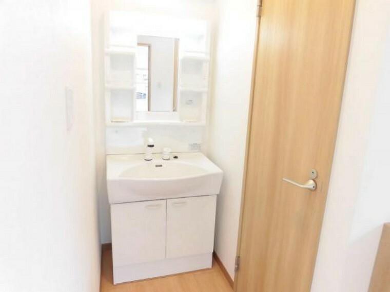 洗面化粧台 【同仕様写真】ハウステック製の幅750ミリの新品洗面化粧台を設置します。忙しい朝でも安心のシャワー付きで、鏡の中央部分には、蒸気くもりを防ぐくもり止めヒーターが付いています。