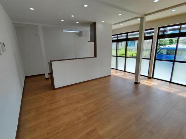 居間・リビング 【リフォーム済】LDKです。壁、天井クロスを新品交換して床を重ね張りしました。掃き出し窓があるので明るい印象ですね。