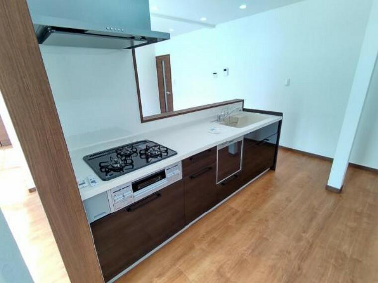 キッチン 【リフォーム済】キッチンは、ハウステック製の新品に交換しました。引出には一升瓶や寸胴鍋のような背の高いものも収納できます。天板は熱や傷にも強い人工大理石仕様なので、毎日のお手入れが簡単です。