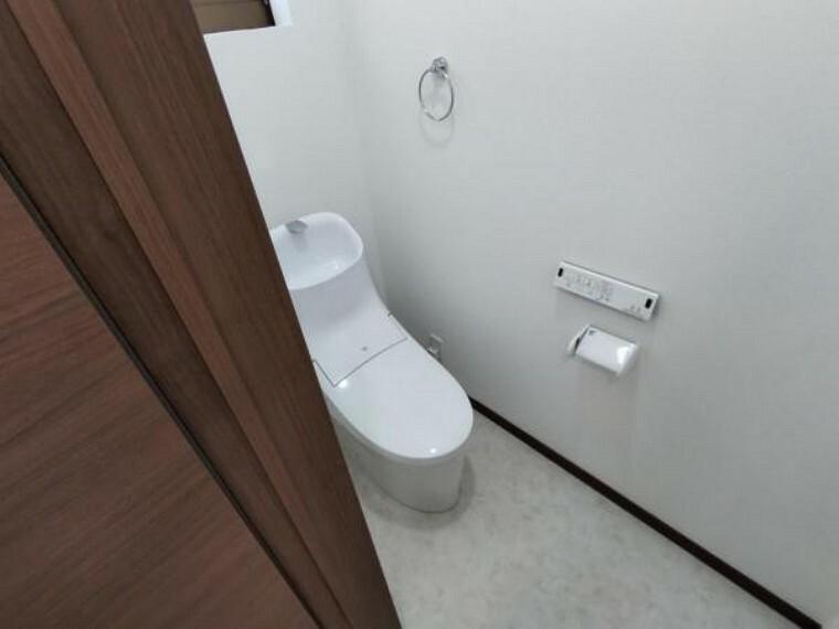トイレ 【リフォーム済】トイレは、LIXIL製の温水洗浄機能付きに新品交換しました。キズや汚れが付きにくい加工が施してあるのでお手入れが簡単です。直接肌に触れるトイレは新品が嬉しいですよね。